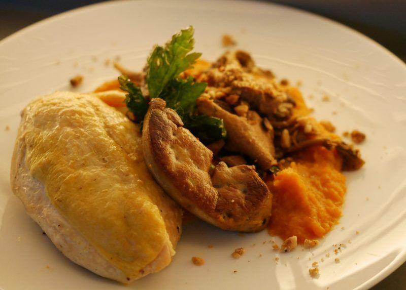 Suprème de volaille au foie gras, purée de patate douce, tombée de champignons des bois et éclats de noisettes